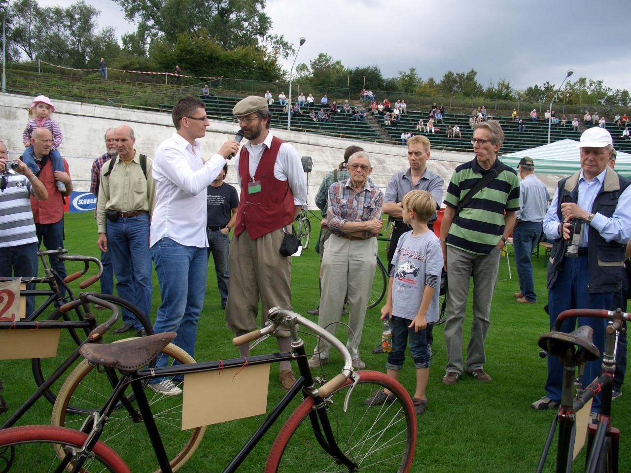 M.Mertins beschreibt die alten Rennräder Foto R.Franz.