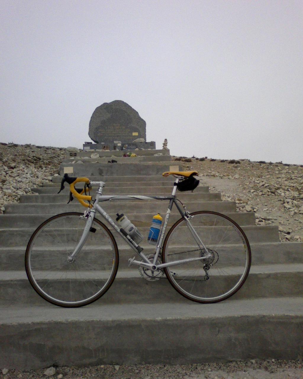 Ventoux Rad vor Simpson-Stele.jpg